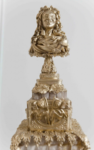 luxury wedding cake designers statue in gold