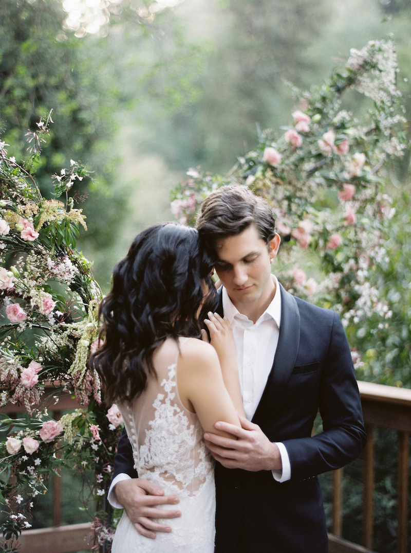 Recently engaged couple with Neutral Wedding Inspiration_couple close up with flowers