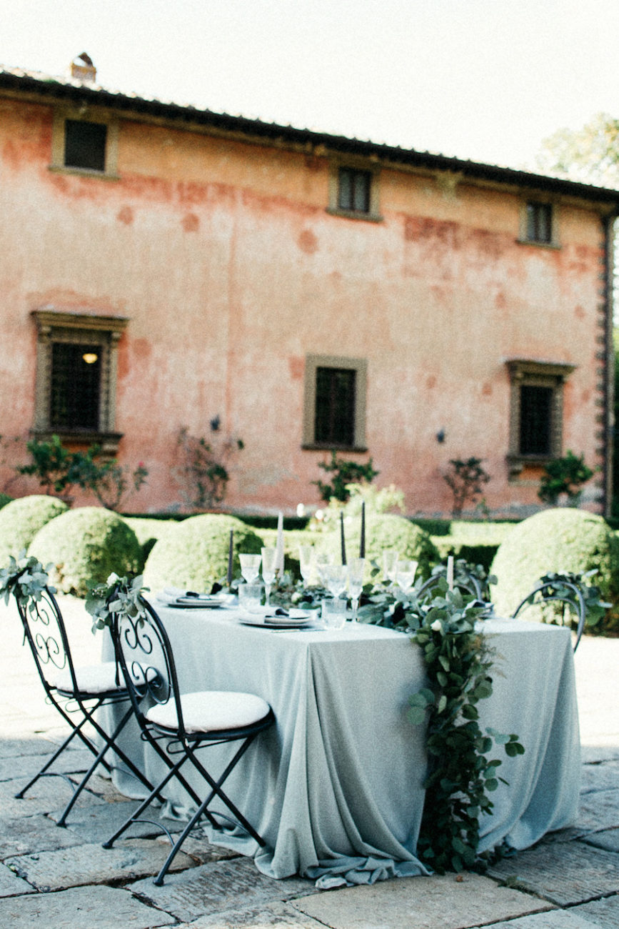 Style-Shoot-in-Tuscany-Italy-with-bridal-table-with-leaves-and-chairs