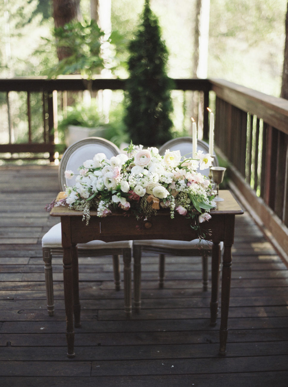 Neutral Wedding Inspiration_sweetheart table with flowers and candles