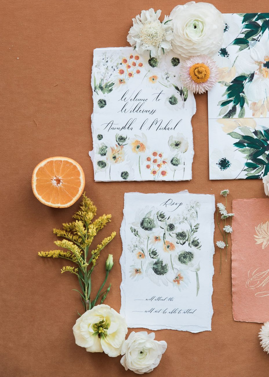 Floral wedding invitations with daisies and watercolour details