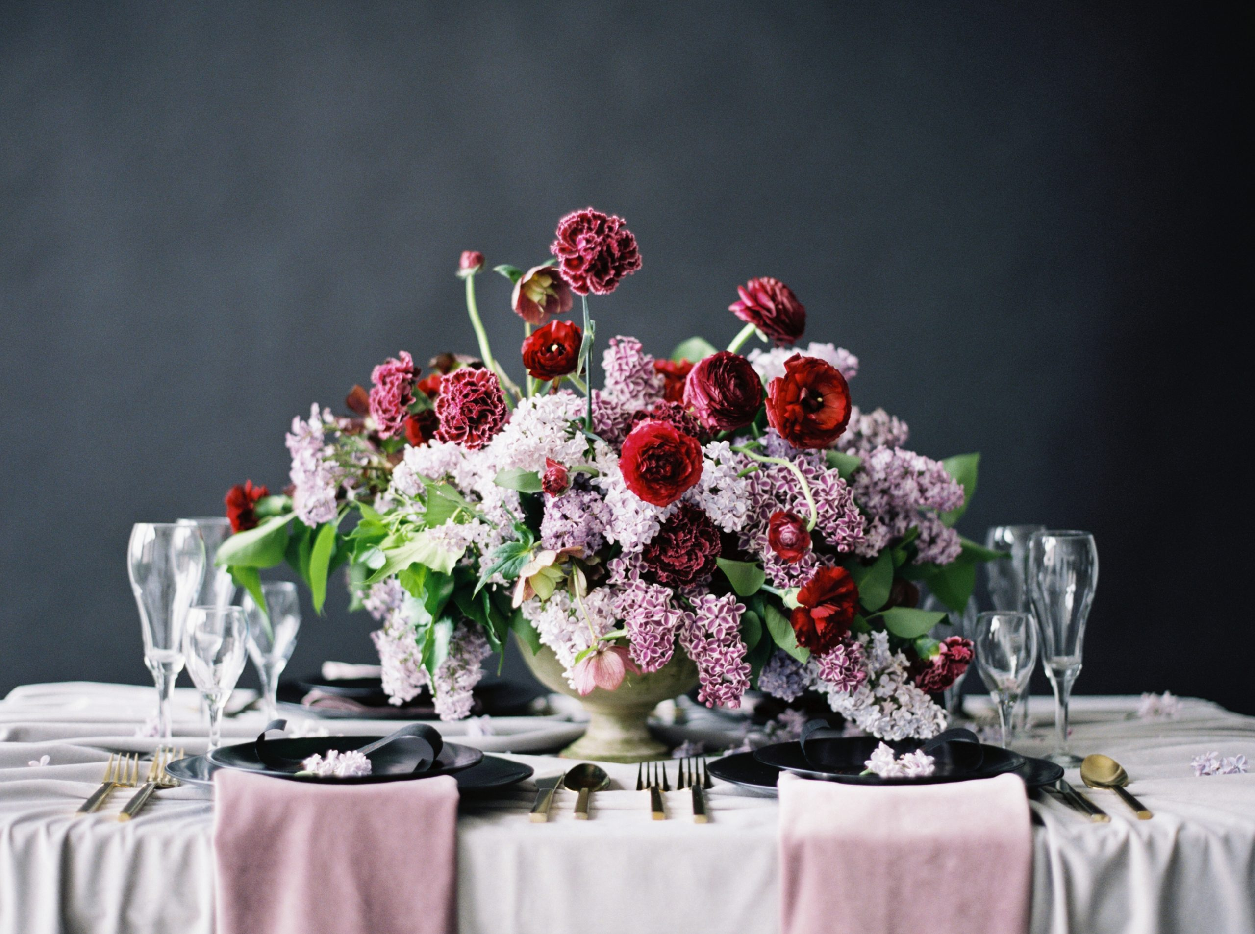 Red and pink flowers for a tablescape idea